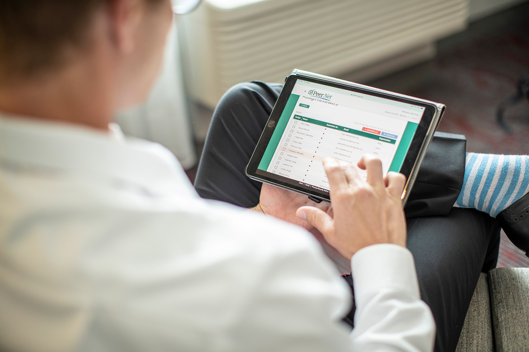 Peer reviewer accessing Peernet with a mobile device